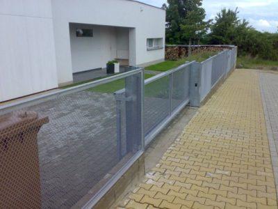 automatická brána šedá
