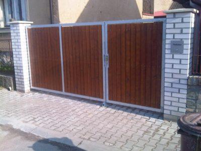 automatická brána dřevěná
